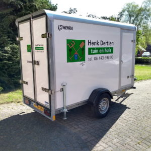 aanhanger met full colour sticker en tekst - richtprijs 310,-